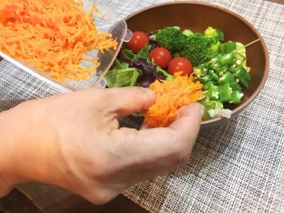 受け皿をそのまま食卓へ持っていき、すぐに盛り付け。