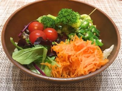 にんじんの千切りの色が鮮やかなサラダのできあがり!