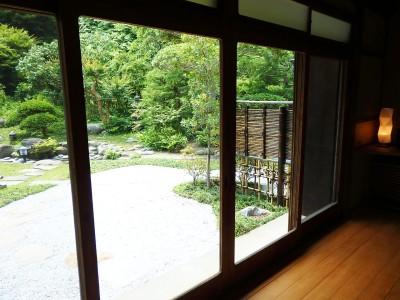 窓から緑のお庭を望むくつろぎの空間