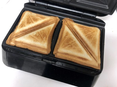 ホットサンドプレートでパンを焼くと、こんな感じでまんべんなくこんがり。挟んだチーズもとろとろです