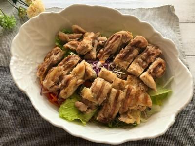 鶏もも肉は皮ごとカリッと!ナスやアスパラガスなどの野菜も焼くだけで、立派な一品になります