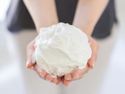 洗顔のみならず、全身にも使える濃密泡のクレイパック。週1回の集中ケアに好適