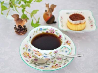 濃密なコクと苦みのあるコーヒーには人気のバスク風チーズケーキが合います。