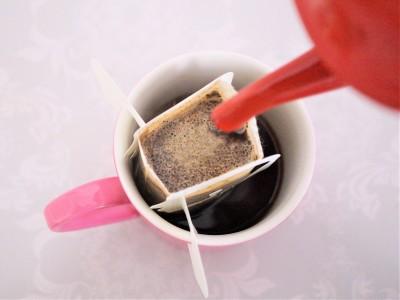 ドリップバッグコーヒーを美味しく淹れるコツはドリップバッグにお湯を注ぎ20秒間蒸らすことです。