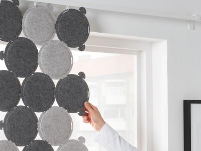 吸音パネルを繋いで壁や天井から吊るします。