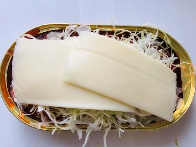 コンビニのカットキャベツOK!しんなりするからたっぷり盛って、チーズでフタ。
