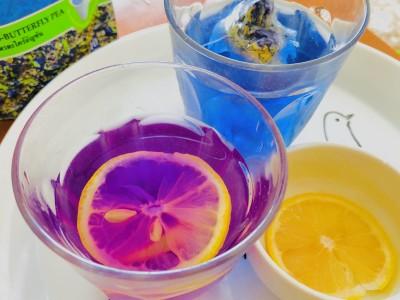 レモンを入れると、酸でピンクに色変!