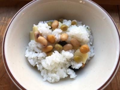 ご飯に混ぜるだけ。シンプルな豆ご飯。